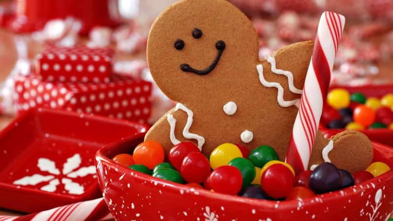 christmas-holiday-a-gingerbread-man-guards-the-candy-bowl_1920x1080